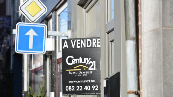 Une maison de ville est à vendre en province.