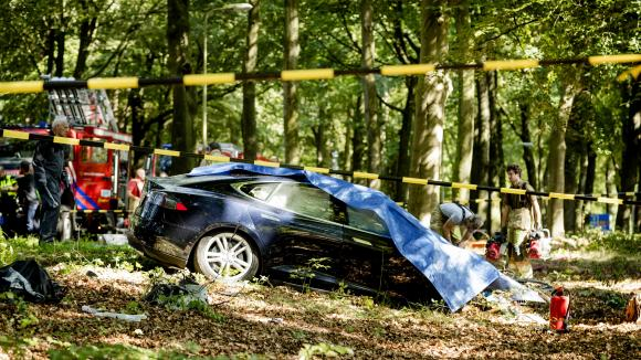 Une voiture autonome Tesla Model S a percuté un arbre pour une cause indéterminée à Baarn (Pays-Bas), le 7 septembre 2016.