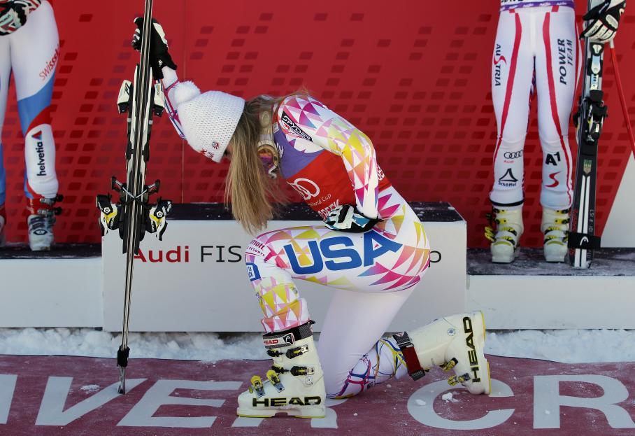La skieuse américaine Lindsey Vonn imite Tim Tebow après sa victoire lors du Super G de Beaver Creek, dans le Colorado, le 7 décembre 2011.