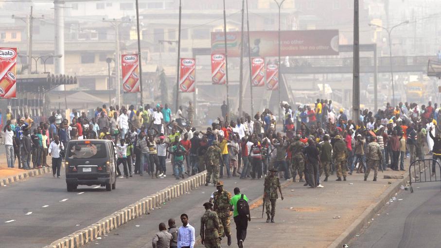 nigeria apr s la baisse du prix de l 39 essence les syndicats suspendent la gr ve. Black Bedroom Furniture Sets. Home Design Ideas