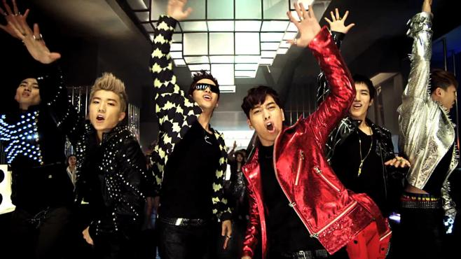 "Le groupe de K-Pop 2PM dans le clip bling-bling du morceau ""Hands Up"" (2011)."