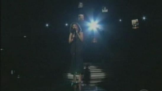 "Whitney Houston chante ""I Will Always Love You"" lors d'une cérémonie des Grammys."
