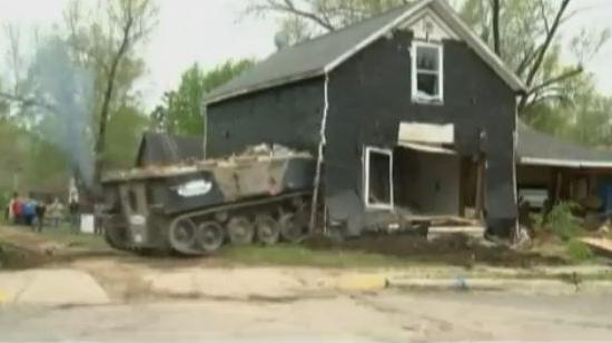 etats unis un char pour d molir une maison en ruines. Black Bedroom Furniture Sets. Home Design Ideas