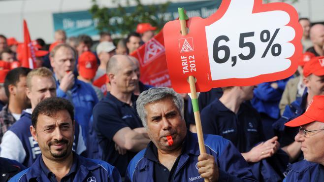 Des salariés de Mercedes manifestentà Kassel (Allemagne), le 2 mai 2012.