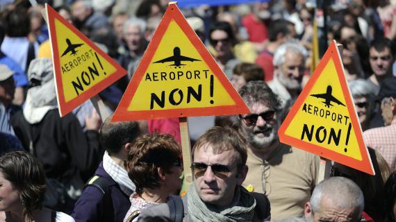 Des manifestants contre le projet d'aéroport à Notre-Dame-des-Landes, le 3 mai 2012, lors d'un rassemblement à Nantes (Loire-Atlantique).
