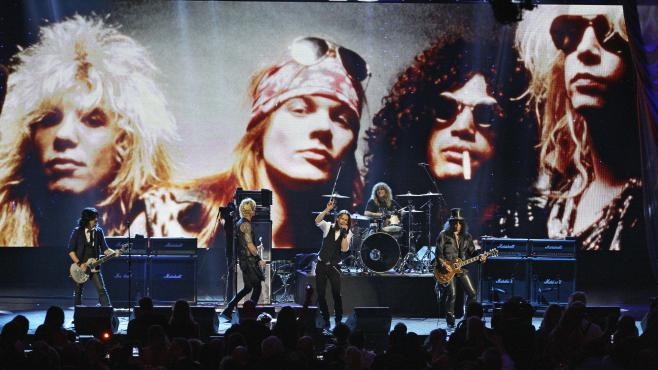 Les Guns N'Roses à Cleveland (Ohio), le 15 avril 2012. Lors de ce concert, le chanteur Myles Kennedy remplace Axl Rose, qui n'a pas souhaité son introduction au Rock and Roll Hall of Fame.