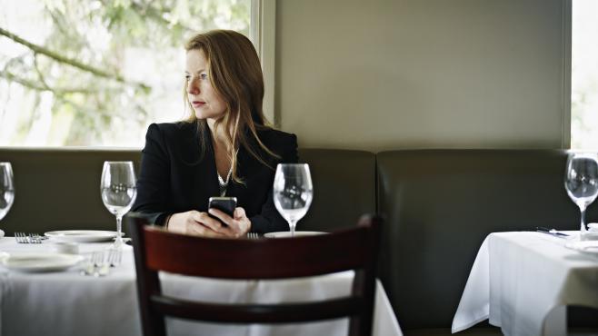 La solitude touche de plus en plus les trentenaires : entre 30 et 39 ans, une personne sur dix se dit seule.