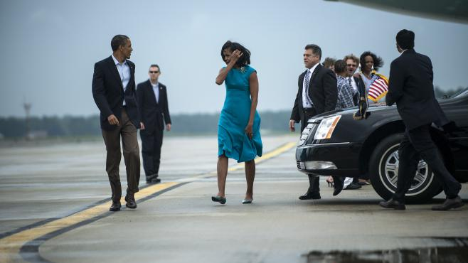 Barack Obama et son épouse, Michelle, à l'aéroport de Richmond International (Etats-Unis), le 5 mai 2012.