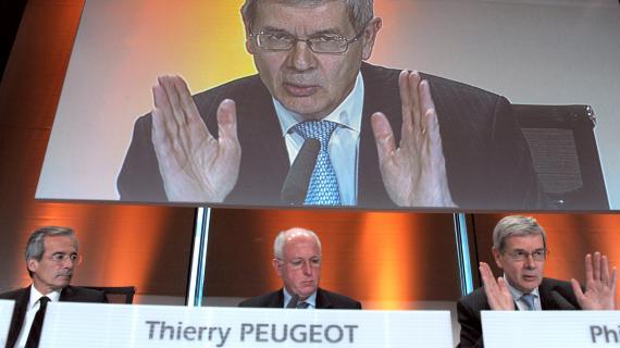 Le président du directoire de PSA Peugeot-Citroën, Philippe Varin (à droite) aux côtés du président du conseil de surveillance, Thierry Peugeot, en conférence de presse à Paris, le 25 avril 2012.