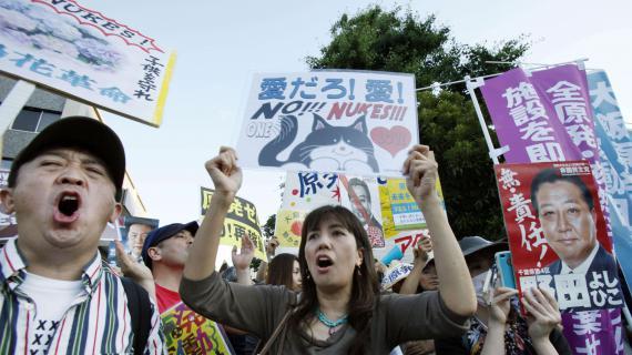 Des manifestants antinucléaires défilent dans les rues de Tokyo (Japon) contre le redémarrage de deux réacteurs nucléaires, le 29 juin 2012.