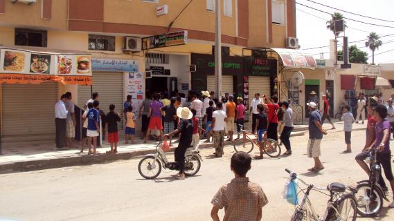Des manifestants devant le local du parti islamiste au pouvoir Ennahda à Sidi Bouzid (Tunisie), le 26 juillet 2012.