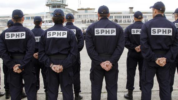 Des membres du Service de Protection des Hautes Personalités (SPHP) participent à une cérémonie marquant le 75ème anniversaire du SPHP, le 15 septembre 2010 au Musée de l'air et de l'espace du Bourget (Seine-Saint-Denis).