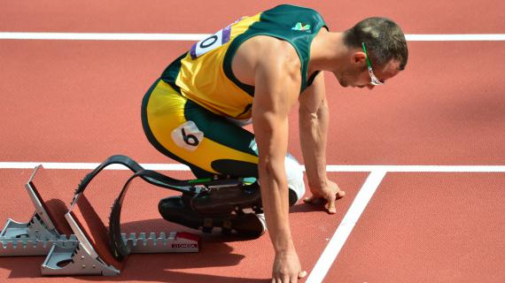 Oscar Pistorius dans les starting-blocks des qualifications du 400 m, le 3 août 2012 à Londres.