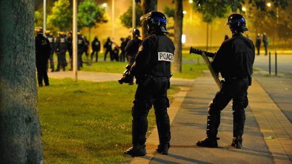 Des policiers patrouillent dans le quartier d'Amiens-nord (Somme), le 14 août 2012.