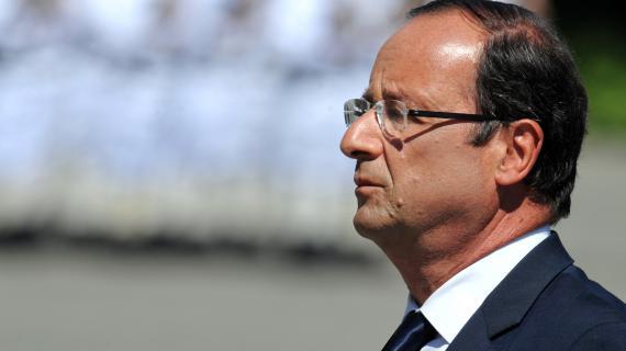 François Hollande rend hommage au dernier soldat mort en Afghanistan en passant en revue les troupes, à Chambéry, le 11 août 2012.