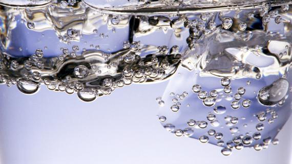 Bue trop rapidement, une eau glacée peut tromper la soif.
