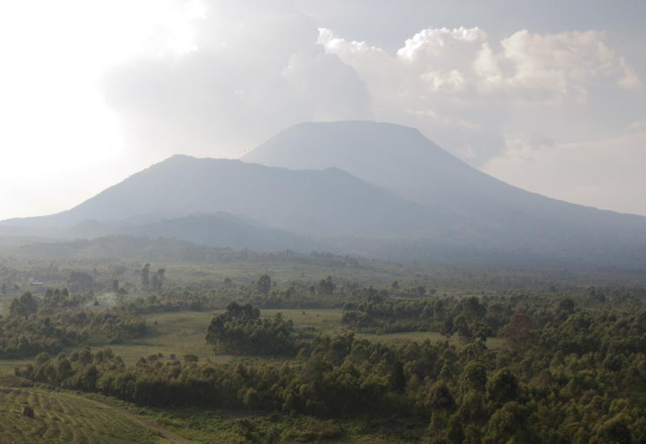 Les collines verdoyantes au pied du volcan Nyiragongo, non loin de la ville de congolaise de Goma, dans la région des Grands Lacs, pourraient passer pour un petit paradis. Sur ces terres très fertiles, situées à la frontière rwanadise, on cultivait haricots, oignons, banane, pomme de terre, mais aussi café, coton, thé.