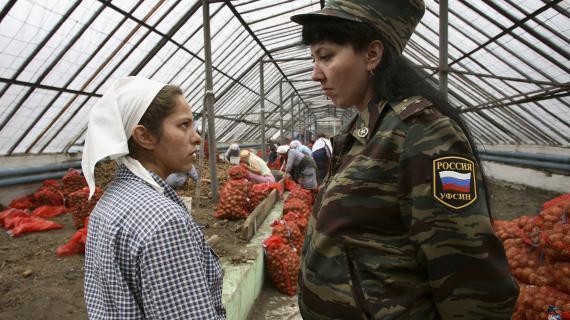 Une gardienne s'adresse à une détenue dans la serre d'un camp, à Krasnoyarsk, en Sibérie (Russie), le 5 septembre 2007.