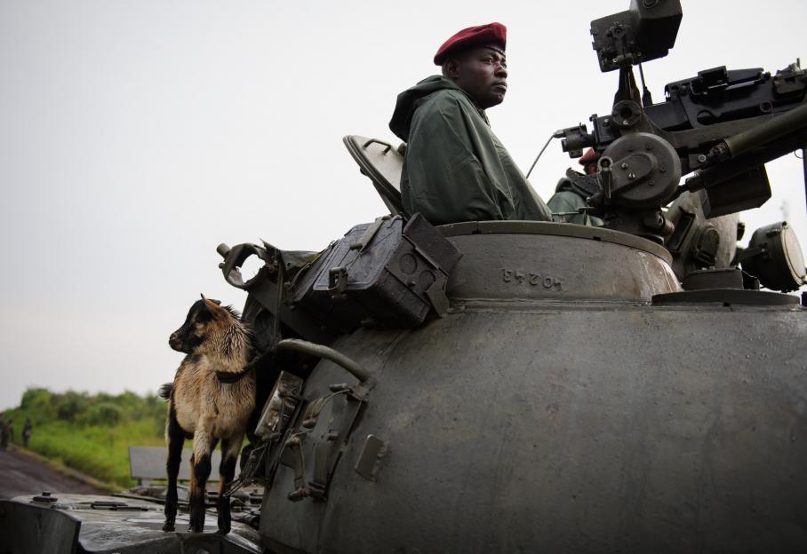 Face à eux, une armée congolaise mal payée et pas forcément mieux armée que ses ennemis. Ici, un soldat des forces congolaises transporte une chèvre sur son char, le 29 juillet 2012, à Kiuma, à 25 km de Goma.