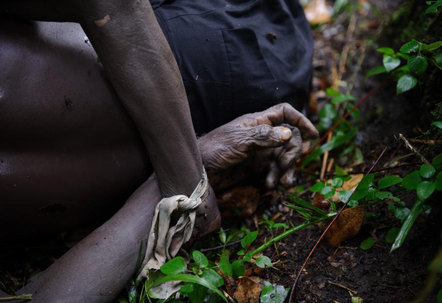 """Dans ce conflit qui s'éternise depuis une vingtaine d'années, les populations civiles sont souvent les victimes d'exactions. Un homme a eu les mains liées avant d'être abattu fin juillet 2012. Le M23 accuse l'armée congolaise d'avoir massacré 70 personnes parce qu'elles auraient eu un """"lien familial"""" avec le groupe rebelle."""