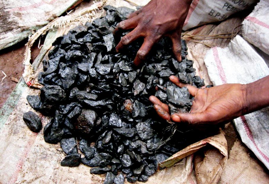 Les anciens du CNDP ont-ils redouté de perdre le contrôle de la très lucrative exploitation de minerais précieux comme le coltan et la cassitérite ? En effet, l'accord du 23 mars 2009 permettait aux ex-rebelles, en les intégrant à l'armée, de conserver ce privilège. Ces minerais dont regorge l'est du Congo entrent dans la composition de produits électroniques. Ici, le 12 avril 2010, sur le site de la mine de Walikalé où près de 8 000 personnes vivent de l'extraction de cassitérite.