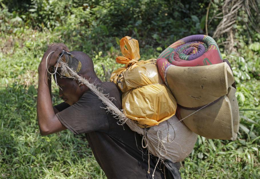 Depuis les mines artisanales (ici à Walikalé, le 17 septembre 2010), les minerais sont souvent acheminés à dos d'hommes. L'est du Congo regorge de ces matières premières qui entrent dans la composition de téléphones portables et d'ordinateurs.
