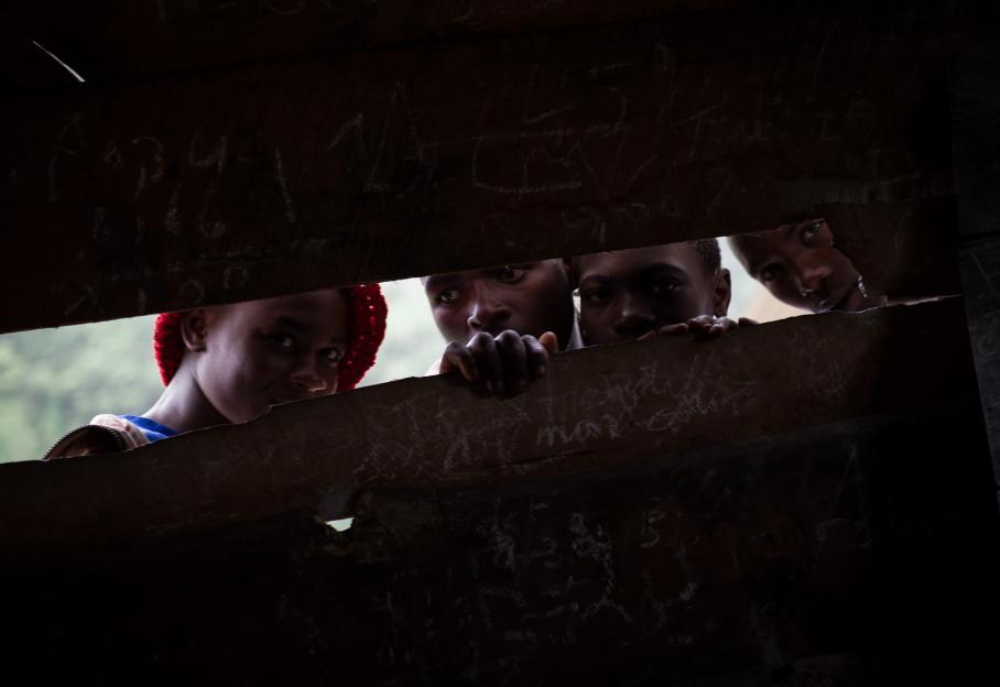 Des enfant regardent à traver une fenêtre dans une école à Katoyi, le 4 juin 2012, où des réfugiés ont trouvé un abri.