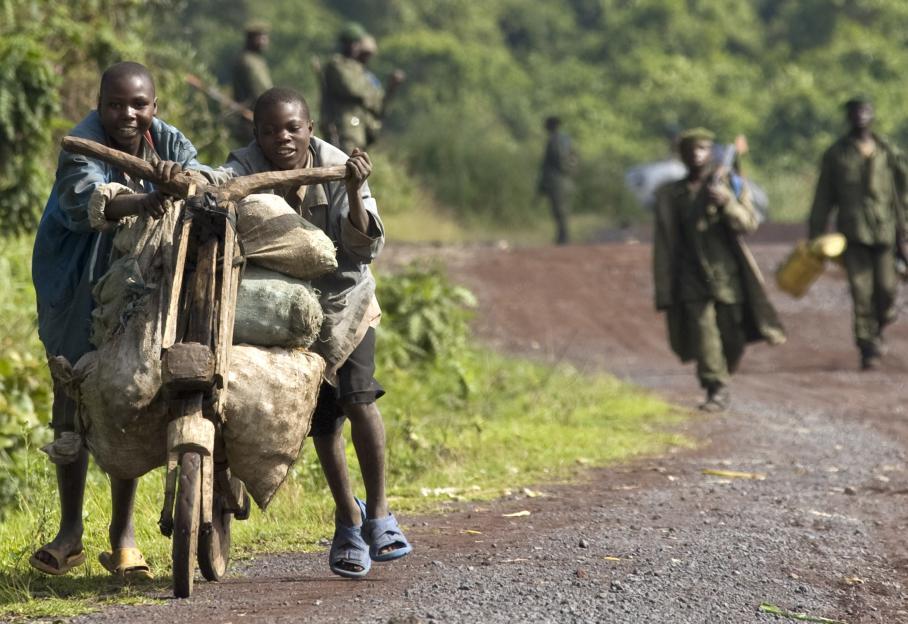 Hélas, cette situation n'est pas une première. Les populations du Kivu sont régulièrement déplacées. En décembre 2008, ces enfants poussaient sur un vélo de bois des denrées alimentaires. A l'époque, le mouvement rebelle qui affrontait l'armée s'appelait le Congrès national pour la défense du peuple (CNDP).
