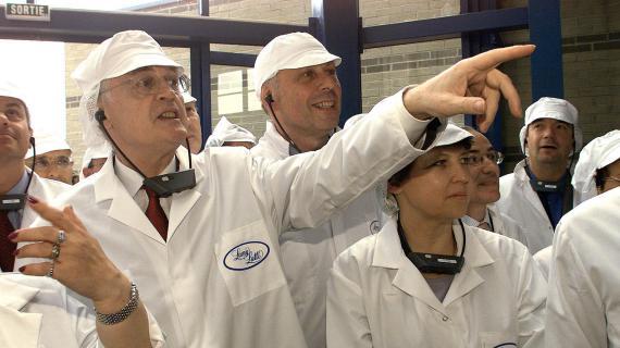 Le Premier ministre Lionel Jospin (2e G) accompagné de la ministre de l'Emploi et de la Solidarité, Martine Aubry (4e G), visitent l'usine de confiserie Lamy Lutti, le 05 juillet 1999 à Bondues (Nord), avant de signer le 200 000e emploi-jeunes.