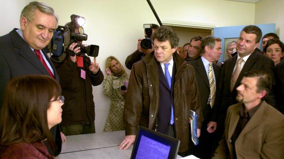 Le Premier ministre Jean-Pierre Raffarin (G) et le ministre de la Cohésion sociale Jean-Louis Borloo (C)visitent la Maison pour l'emploi, le 15 avril 2005 à Bonneville (Haute-Savoie).