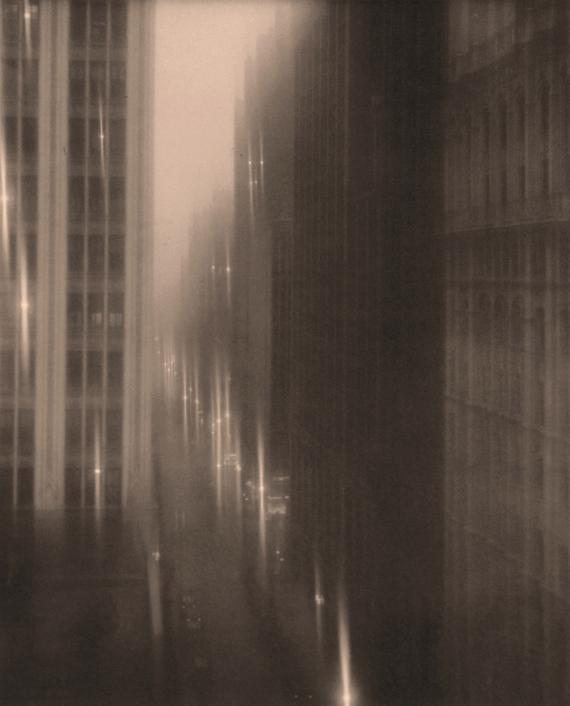 """Drizzle on 40th Street, New York"" (1933), de Edward Steichen, Photographie, 20 x 25 cm. Collection Leslie, Judith & Gabrielle Schreyer, New York (Etats-Unis)."