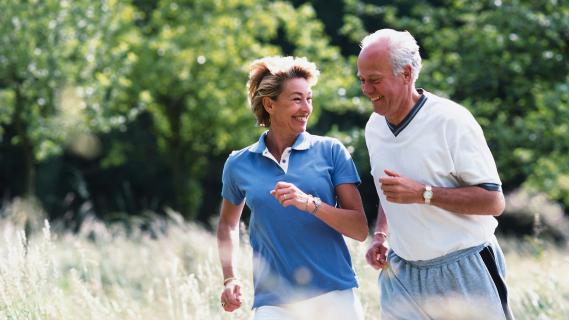 Un couple de seniors en jogging.