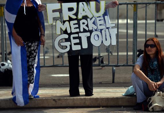 """Devant le Parlement, les manifestants attendent Angela Merkel de pied ferme. """"Madame Merkel dehors"""" ordonne cette pancarte."""