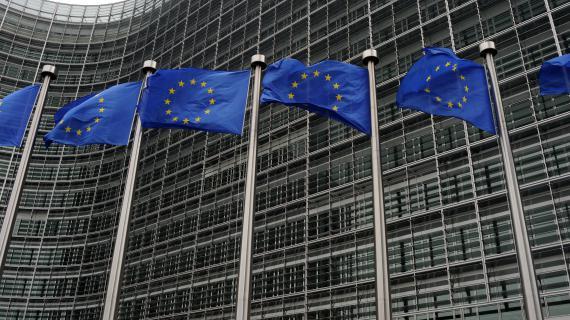 Des drapeaux de l'Union européenne flottent devant la Commission européenne à Bruxelles (Belgique).
