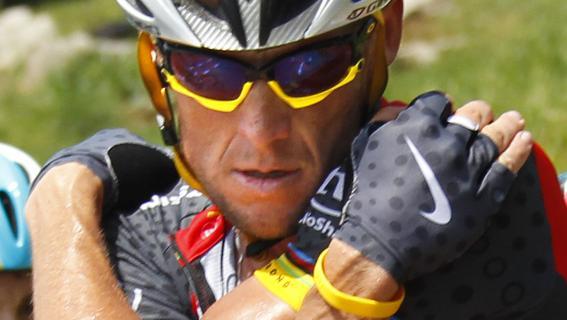 """Lance Armstrong lors du Tour de France 2010, où il arbore des gants """"Nike"""" et le fameux bracelet jaune de sa fondation Livestrong."""