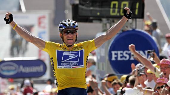 Lance Armstrong célèbre sa victoire au Tour de France, sur les Champs-Elysées, à Paris, le 22 juillet 2004.