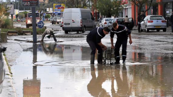 De fortes précipitations ont inondé certaines zones de la Zone Commerciale de Plan de Campagne (Bouches-du-Rhône), le 26 octobre 2012.