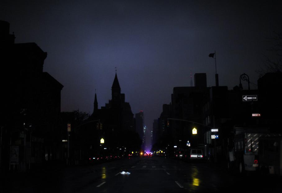 Plus de 1,3 millions de personnessont coupées d'électricité dans l'Etat deNew York (Etats-Unis) dont au moins 500 000 foyers au sud de la 40e rueàManhattan.