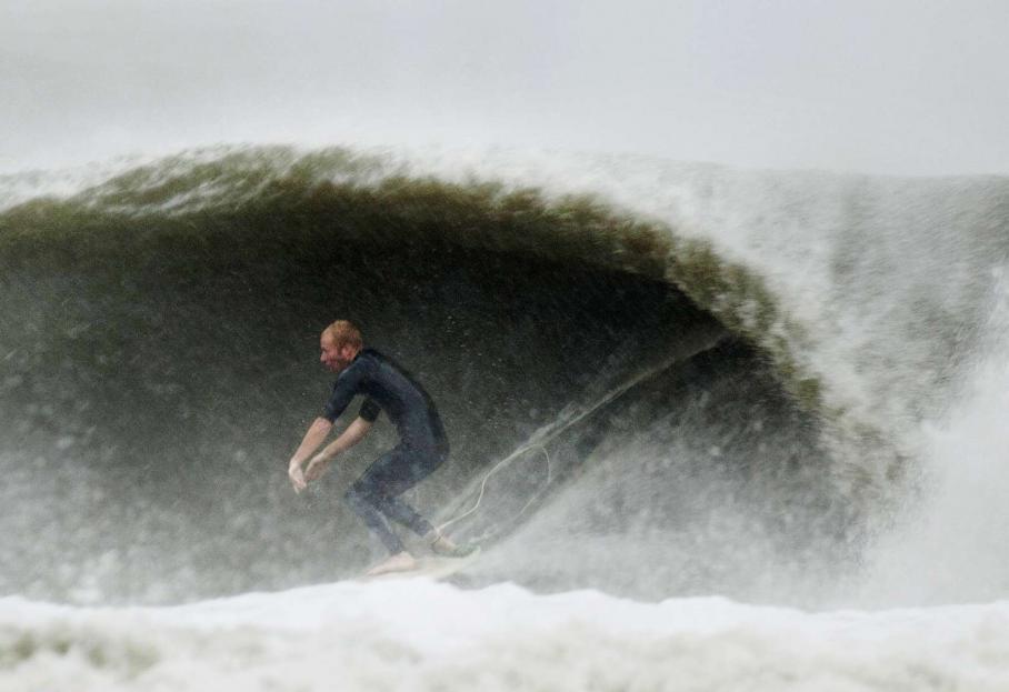 A Virginia Beach (Virginie), un peu plus au Sud sur la côte, un surfeur profite des grandes vagues provoquées par l'arrivée de l'ouragan Sandy.