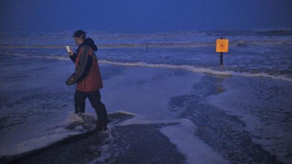 Un homme prend une photo sur une plage d'Atlantic City, dans le New Jersey (Etats-Unis), à l'approche de la tempête Sandy le 29 octobre 2012.