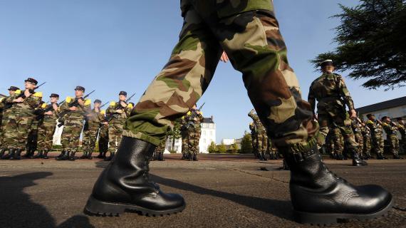 Vue generale des troupes militaires au garde à vous à l'Etat Major de Force 2, quartier Richemont et au 22ème BIMA à Nantes , le 19 novembre 2009.