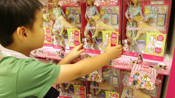 9472b23443ac5b Malgré des évolutions, la Barbie reste très fortement associée aux petites  filles. (MARK RALSTON   AFP)