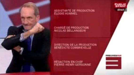 """Gérard Longuet fait un bras d'honneur lors du générique de l'émission """"Preuves par 3"""", le 30 octobre 2012 sur Public Sénat (capture d'écran)."""