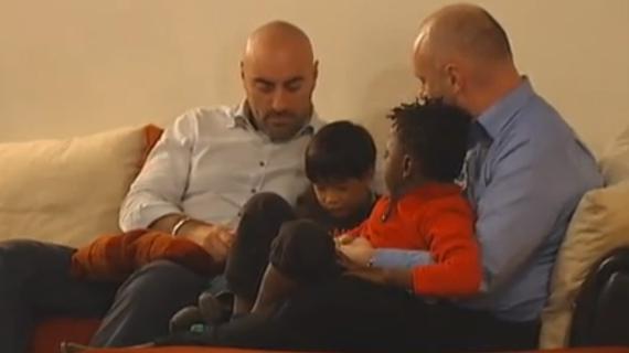 video ils attendent le mariage homo pour avoir le statut de parent. Black Bedroom Furniture Sets. Home Design Ideas