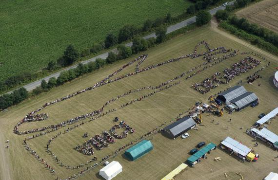 Une chaîne humaine pour protester contre le projet d'aéroport international de Notre-Dame-des-Landes (Loire-Atlantique), le 10 juillet 2010.