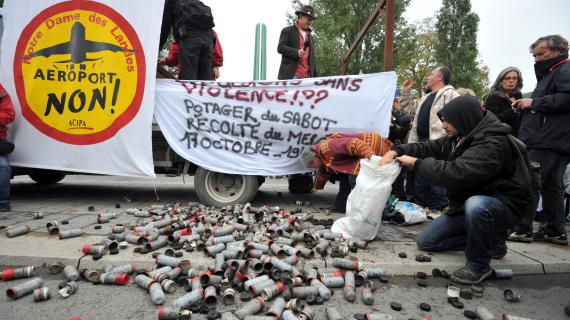 Les militants opposés au projet d'aéroport de Notre-Dame-des-Landes (Loire-Atlantique) exposent les munitions utilisées par les forces de l'ordre à leur encontre, le 20 octobre 2012 à Nantes.