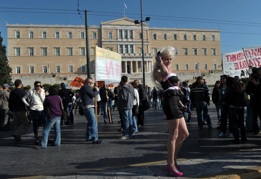 Une femme attend parmi les manifestants devant le Parlement grec à Athènes (Grèce).
