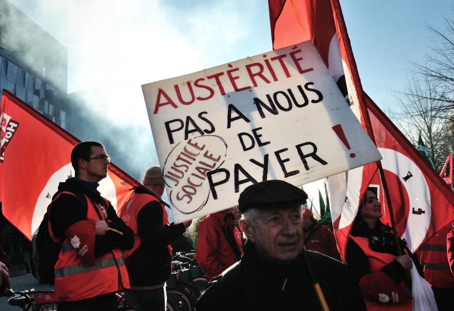 Un homme tient une pancarte dans une manifestation à Lille (Nord).