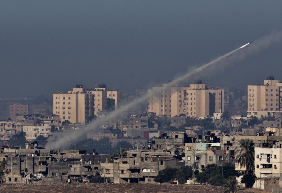 Une roquette est tirée depuis Gaza en direction d'Israël, le 15 novembre 2012.