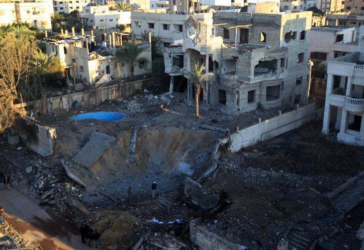 Un cratère provoqué par un raid israélien à Gaza, le 15 novembre 2012.